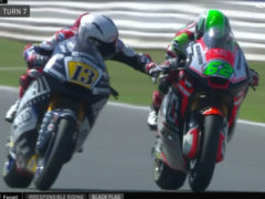 Bizar: Moto2-rijder knijpt in rem tegenstander