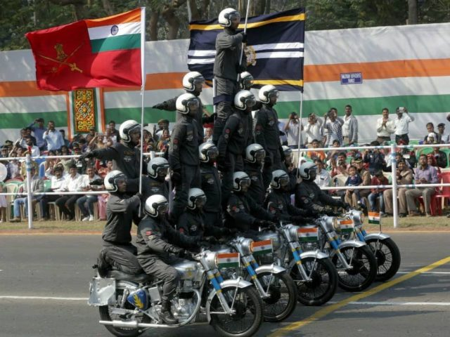 Daredevils Motorcycle Display Team - Foto: Instagram: Royal Enfield